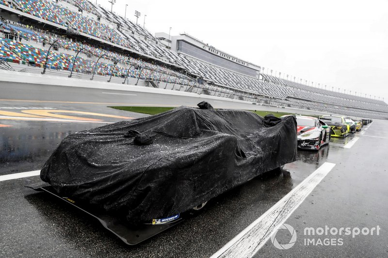 #10 Wayne Taylor Racing Cadillac DPi: Ренгер ван дер Занде, Джордан Тейлор, Фернандо Алонсо, Камуі Кобаясі на піт-лейні під час дощу
