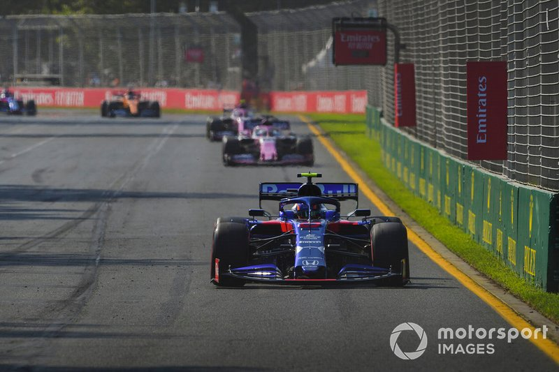 Alexander Albon, Toro Rosso STR14, precede Sergio Perez, Racing Point RP19