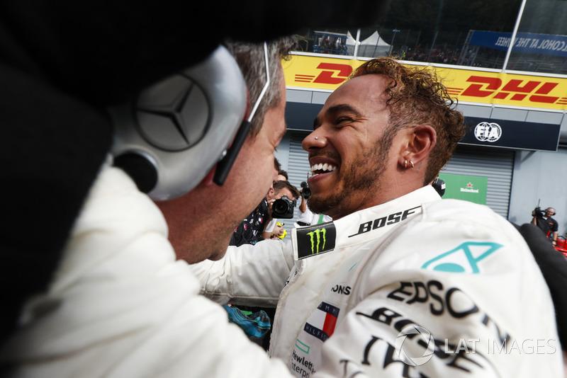 El ganador de la carrera Lewis Hamilton, Mercedes AMG F1, celebra con su equipo