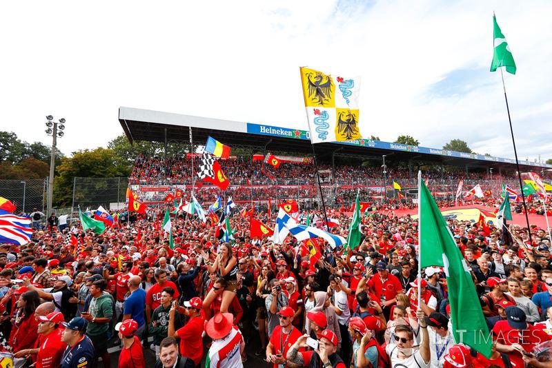 El público ante el podio de Monza