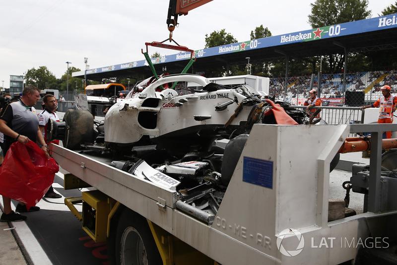 El coche accidentado de Marcus Ericsson, Sauber C37 se recupera a los boxes en FP2
