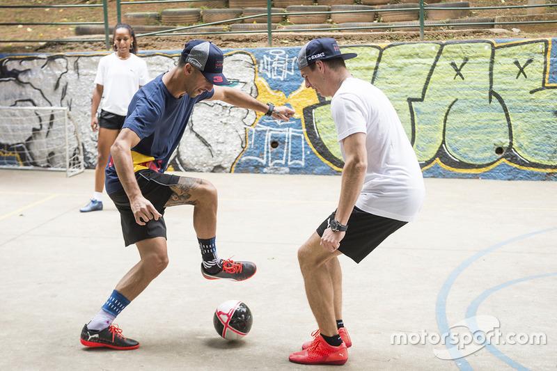 Макс Ферстаппен і Даніель Ріккардо, Red Bull Racing, грають у міні-футбол у Бразилії