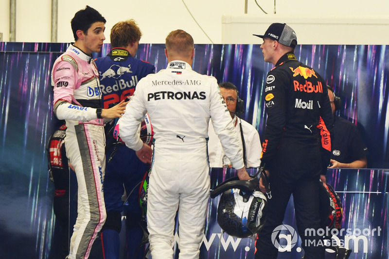 Max Verstappen, Red Bull Racing y Esteban Ocon, Racing Point Force India discuten en la sala de pesaje de la FIA ante la mirada de Bottas y Hartley
