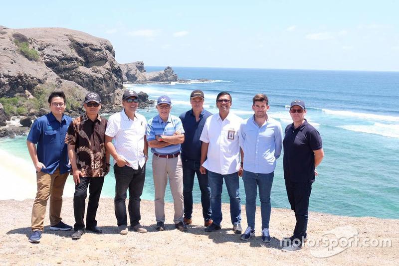 Кармело Езпелета, генеральний директор Dorna Sports (у центрі) поруч із інвесторами та промоутерами нової траси Ломбок