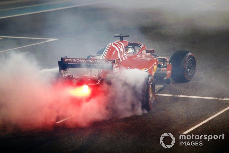 Феттель в 111-й раз поднялся на подиум в Формуле 1. От Хэмилтона он отстает на 23 подиума и от Шумахера – на 44. Кстати, у Себастьяна и у Льюиса одинаковое количество подиумов на «Яс-Марине» – семь