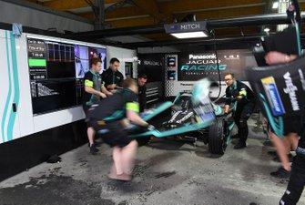 A front wing change on Mitch Evans, Panasonic Jaguar Racing, Jaguar I-Type 3