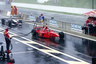 Michael Schumacher, Ferrari F300; David Coulthard, McLaren MP4/13, nach Crash
