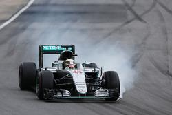 Льюис Хэмилтон, Mercedes AMG F1 W07 Hybrid блокирует колеса на торможении