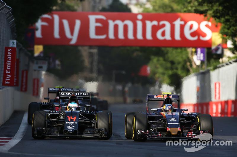Fernando Alonso, McLaren MP4-31 Y Carlos Sainz Jr., Scuderia Toro Rosso STR11 luchan por la posición
