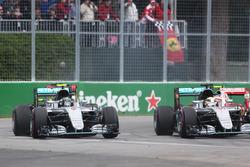 Нико Росберг, Mercedes AMG F1 W07 Hybrid и Льюис Хэмилтон, Mercedes AMG F1 W07 Hybrid на старте гонк