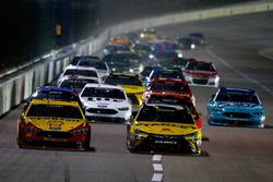 Joey Logano, Team Penske Ford et Carl Edwards, Joe Gibbs Racing Toyota