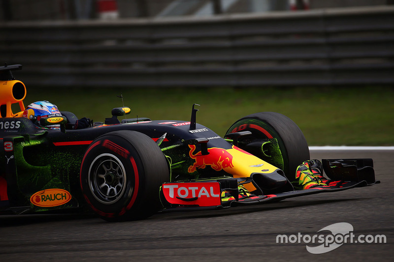 Daniel Ricciardo, Red Bull Racing RB12 with flow-vis paint on the front wing