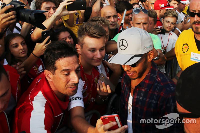 Lewis Hamilton, Mercedes AMG F1, con i fan
