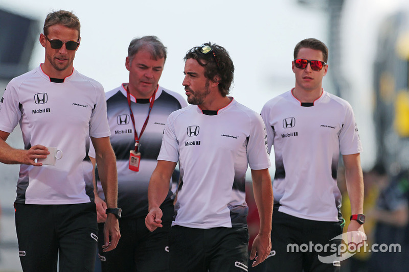 Jenson Button, McLaren Honda; Fernando Alonso, McLaren Honda; Stoffel Vandoorne, Ersatzfahrer, McLaren F1 Team