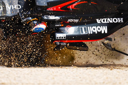 Fernando Alonso, McLaren MP4-31 in een enorme crash