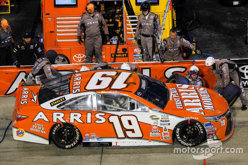 Carl Edwards, Joe Gibbs Racing Toyota, pit action