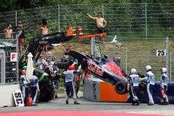 Пошкоджений Scuderia Toro Rosso STR11 Данііла Квята, піднімають краном після аварії під час кваліфік