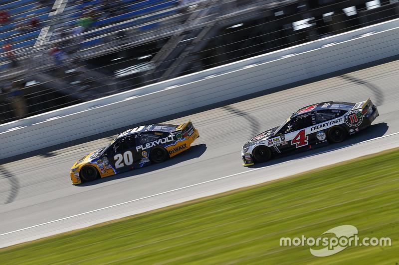 Matt Kenseth, Joe Gibbs Racing Toyota, Kevin Harvick, Stewart-Haas Racing Chevrolet