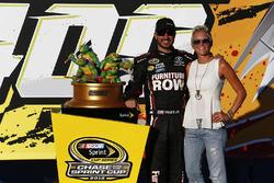 Le gagnant, Martin Truex Jr., Furniture Row Racing Toyota, avec son épouse, Sherry Pollex