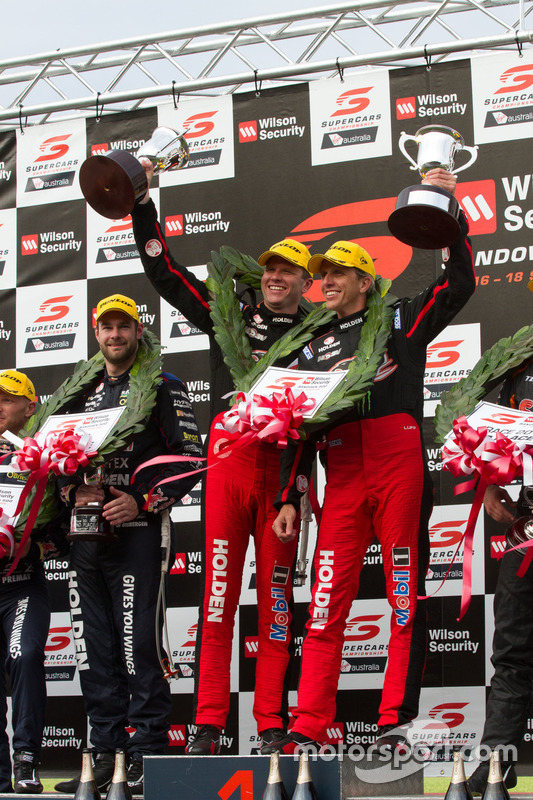 Podium:les vainqueurs Garth Tander et Warren Luff, Holden Racing Team