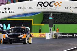 Tony Kanaan maneja el RX Supercar Lite