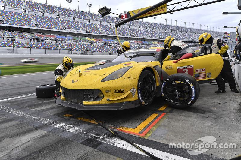 #3 Corvette Racing Chevrolet Corvette C7.R: Antonio Garcia, Jan Magnussen, Mike Rockenfeller, acción en los pits