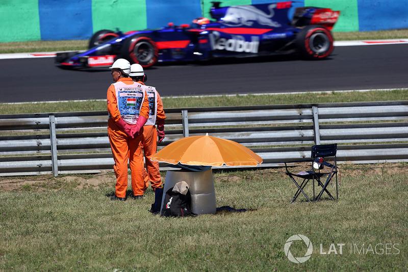 Oficiales observan a Daniil Kvyat, Scuderia Toro Rosso STR12
