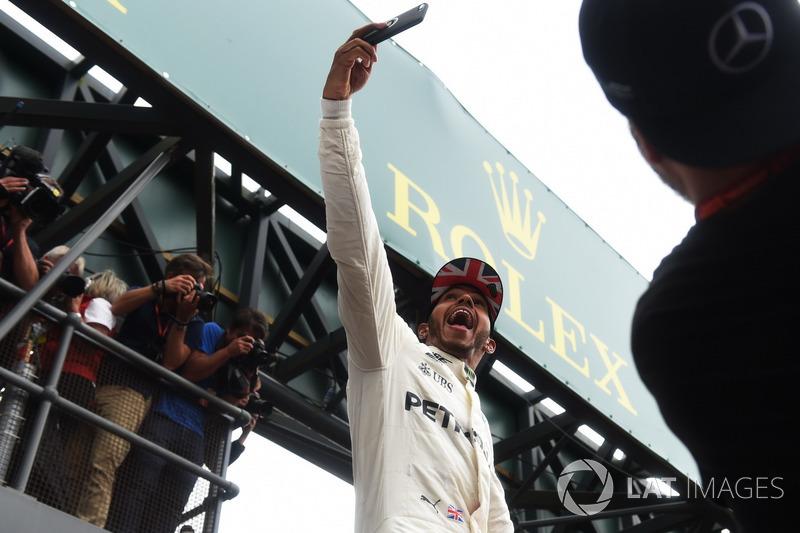 Lewis Hamilton, Mercedes AMG F1 celebra con una selfie con los fans