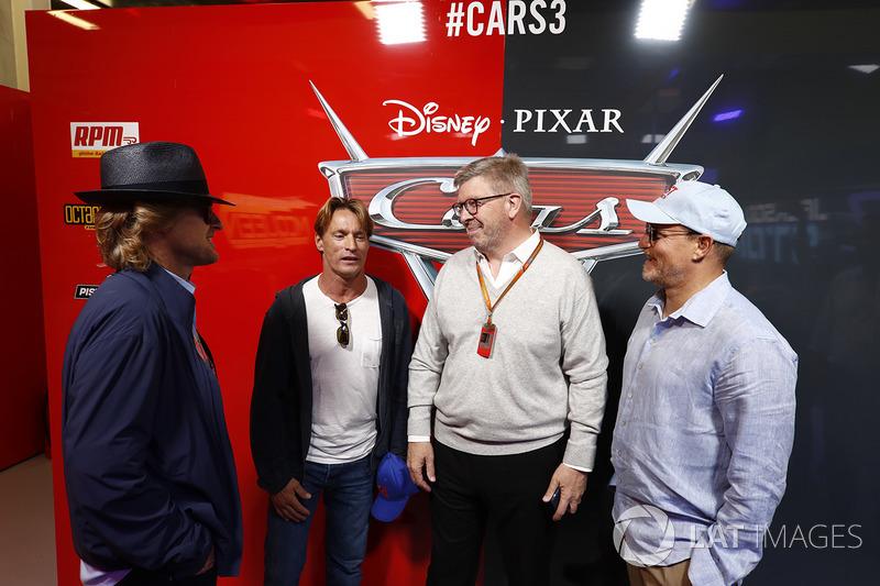 Ross Brawn, Director General de Motorsports, FOM y los Actores Woody Harrelson y Owen Wilson en el garaje promocional de Cars 3