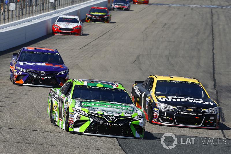 Kyle Busch, Joe Gibbs Racing Toyota, Jamie McMurray, Chip Ganassi Racing Chevrolet