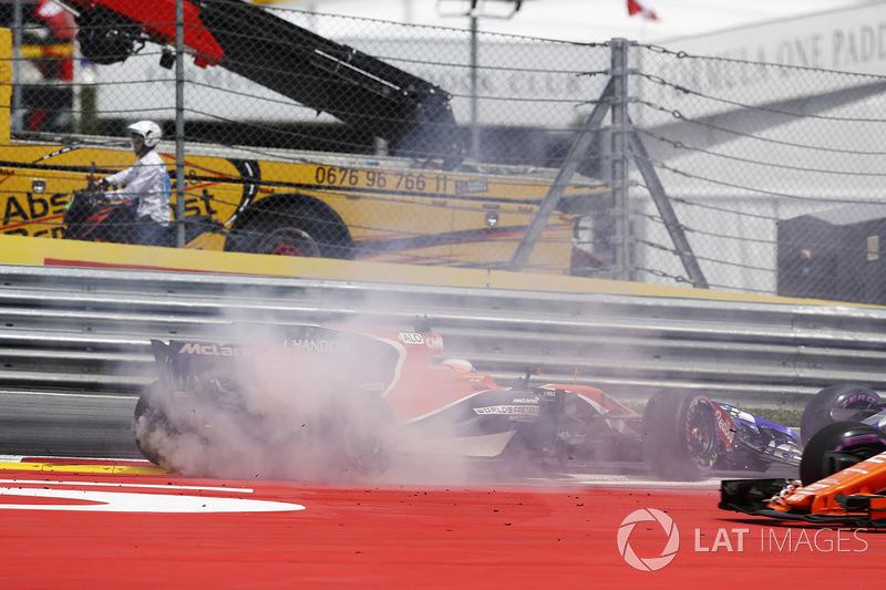 Daniil Kvyat, Scuderia Toro Rosso STR12, ve Fernando Alonso, McLaren MCL32 çarpışıyor