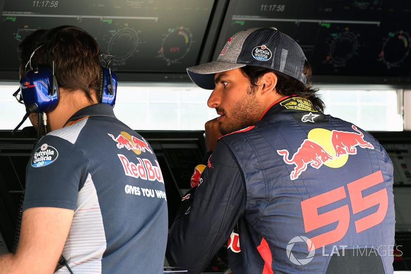 Carlos Sainz Jr., Scuderia Toro Rosso on the pit wall gantry