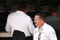 Гоночный директор McLaren Эрик Булье и исполнительный директор McLaren Technology Group Зак Браун