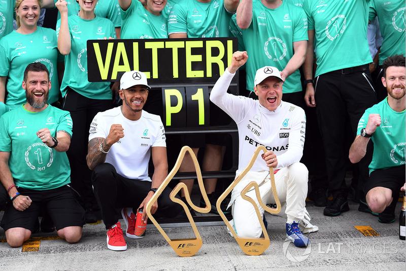 Переможець гонки Валттері Боттас, Mercedes AMG F1святкує перемогу з Льюісом Хемілтоном, Mercedes AMG F1, та командою