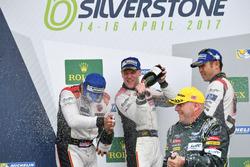 Podio GTE-Am: i vincitori della gara #61 Clearwater Racing Ferrari 488 GTE: Mok Weng Sun, Matt Griffin, Keita Sawa