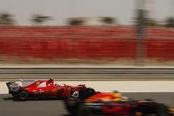 Daniel Ricciardo, Red Bull Racing RB13, voor Sebastian Vettel, Ferrari SF70H