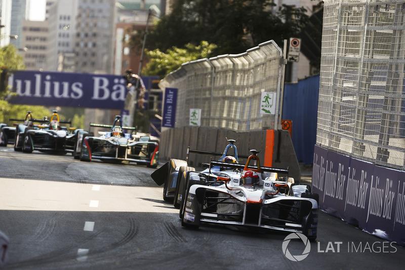 Loic Duval, Dragon Racing, lidera a Sébastien Buemi, Renault e.Dams, con us coche dañado