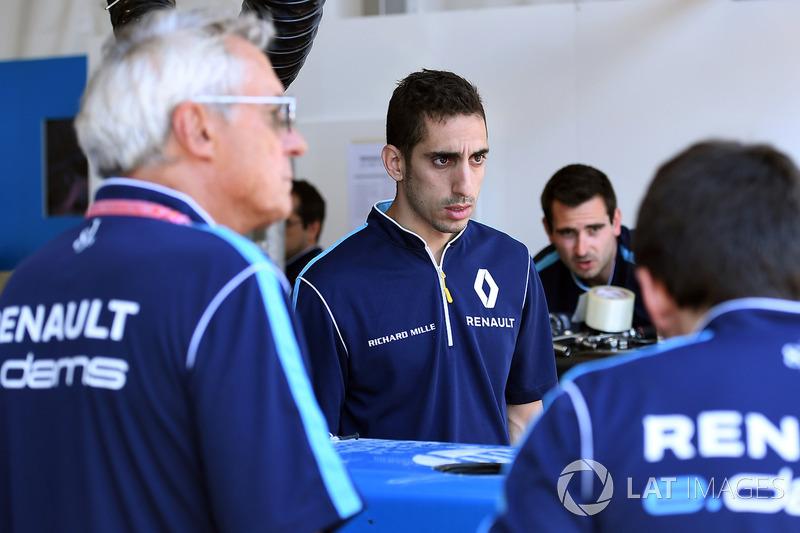 Позднее его и вовсе дисквалифицировали за недовес второй машины. Отставание Буэми от ди Грасси перед последней гонкой составляло 18 очков.