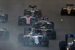 Valtteri Bottas, Williams FW38, devant Jenson Button, McLaren MP4-31 et Romain Grosjean, Haas VF-16, au départ