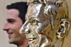 Imágen de plata de Alexander Rossi que siempre representará su victoria de Indianápolis 500 2016 que será fijada para el trofeo de Borg-Warner