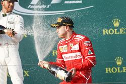 Lewis Hamilton, Mercedes AMG, deuxième et Sebastian Vettel, Ferrari, vainqueur, s'aspergent de champagne sur le podium