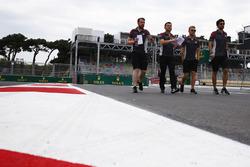 Kevin Magnussen, Haas F1 Team camina por el circuito con el equipo