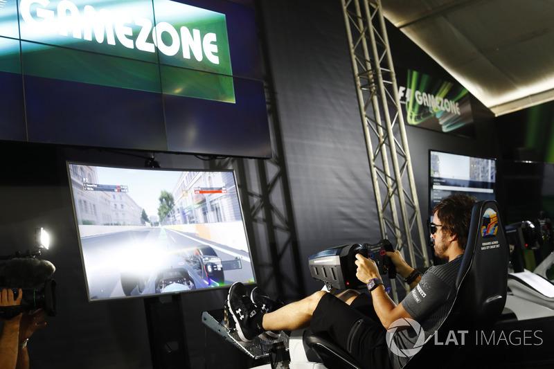 Fernando Alonso, McLaren, in einem Simulator