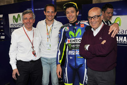 Claude Michy, promotor del gran premio francés, Renaud Lavillenie, campeón y piloto, Valentino Rossi, Carmelo Ezpeleta, CEO de Dorna Sports