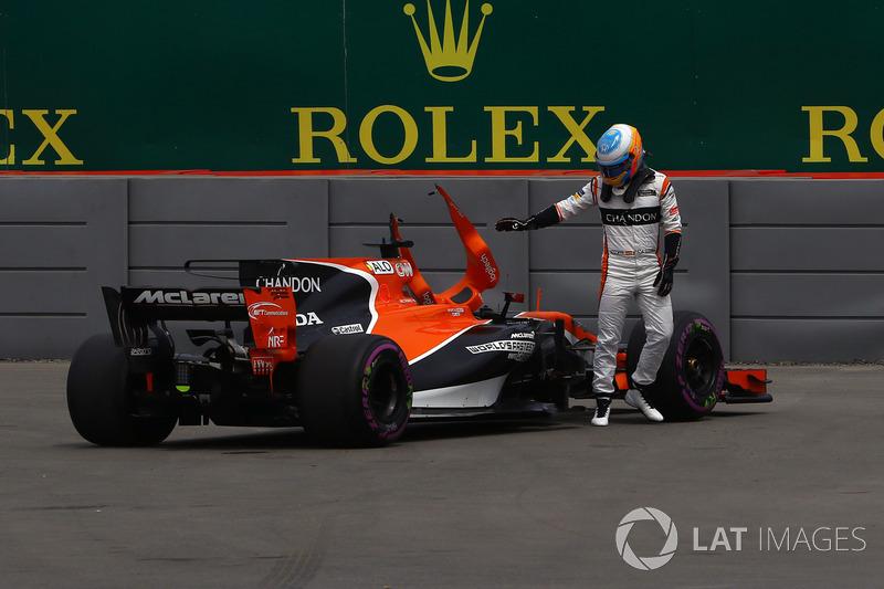 Фернандо Алонсо, McLaren, зупинився на трасі