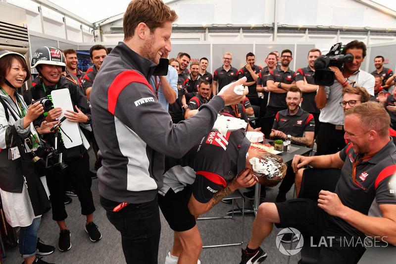 Romain Grosjean, Haas F1 Team puts Birthday cake in Kevin Magnussen, Haas F1 Team hair