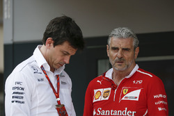Toto Wolff, Mercedes AMG F1 Director de Motorsport y Maurizio Arrivabene, director del equipo Ferrar