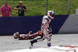 L'incidente di Bo Bendsneyder, Red Bull KTM Ajo e John McPhee, British Talent Team