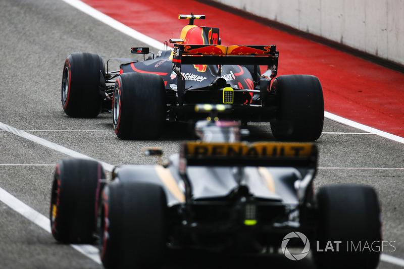 Max Verstappen, Red Bull Racing RB13, Carlos Sainz Jr., Renault Sport F1 Team RS17