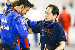 Toyoharu Tanabe, F1 Technical Director, Honda, celebrates a good result with Toro Rosso team mambers